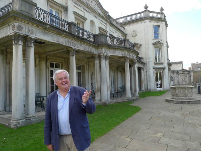 마일즈 베리 로햄튼대 교수가 교정에서 영국의 컴퓨터 사이언스 수업과 미래에 대해 설명하고 있다.