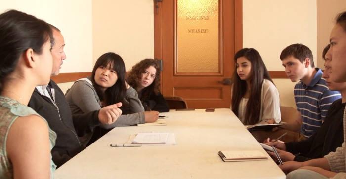 교수와 학생들이 도시 곳곳을 방문한 후 회의룸에 모여 소감을 나누는 모습. 제공=미네르바스쿨