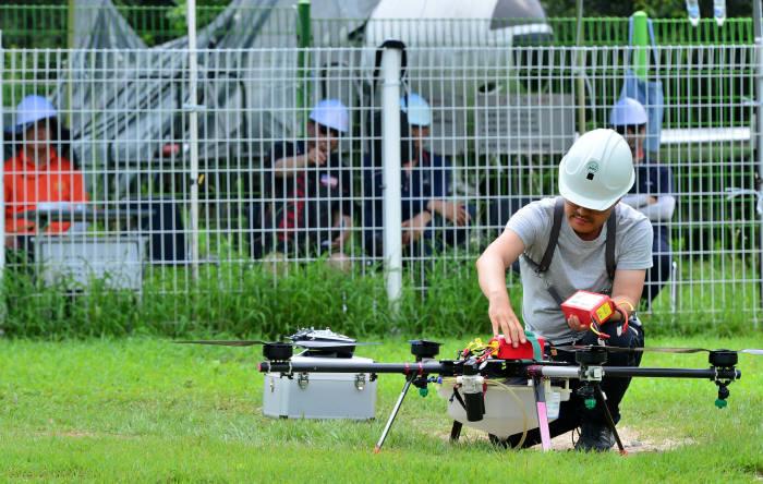 아세아무인항공교육원 비행훈련장에서 교육생이 드론 조종을 연습하고 있다. <전자신문DB>