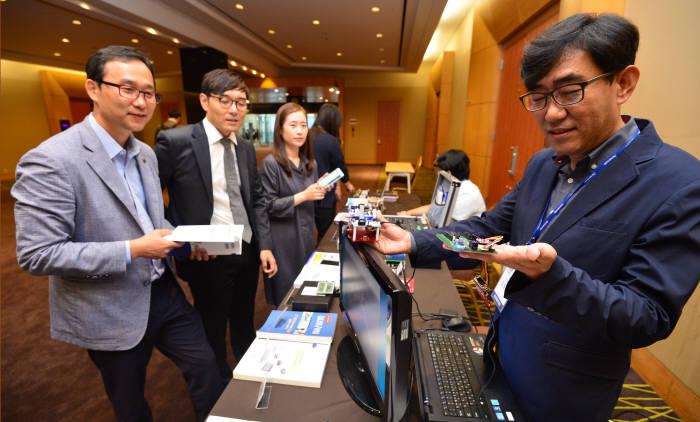 르네사스일렉트로닉스코리아 세미나데이 2017이 20일 서울 삼성동 코엑스 콘퍼런스룸에서 열렸다. 김중오 르네사스일렉트로닉스코리아 전무(맨 오른쪽)가 자사 칩이 탑재된 개발품을 참가자에게 소개하고 있다. 김동욱기자 gphoto@etnews.com