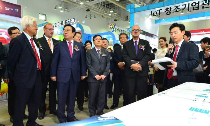 2016 K-ICT 위크 인 부산 개막식 주요 인사 전시장 투어.