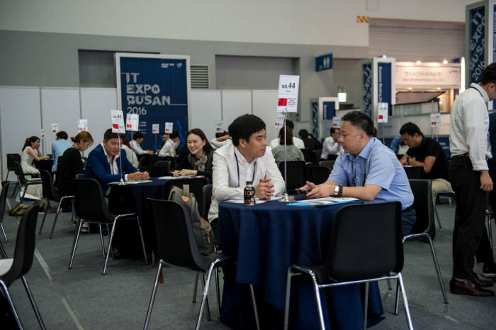 2016 K-ICT 위크 인 부산 비즈니스 상담장.