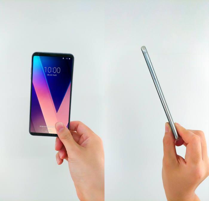 V30는 '크고 무겁다'는 대화면폰의 단점을 극복하고 대화면폰도 크고 가벼우며 얇을 수 있다는 사실을 증명했다.