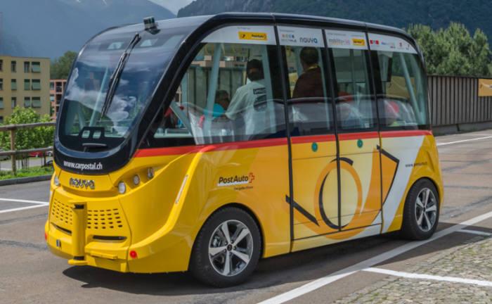 스위스 시옹시에서 시범운행하고 있는 자율주행 버스 이미지
