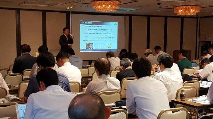 이성준 어니컴 이사가 지난 22일 일본 도쿄 토카이대학 교우회관에서 일본 정보기술(IT)관련 기업을 대상으로 '앵커스 애널라이저(ankus analyzer) 제품설명회'를 진행하고 있다. 어니컴 제공