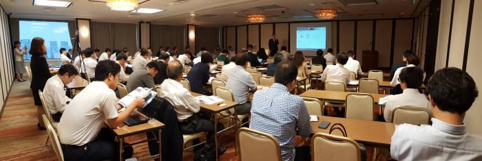 이성준 어니컴 이사가 일본 도쿄에서 IT담당자를 대상으로 빅데이터 분석 플랫폼을 소개하고 있다. 어니컴 제공