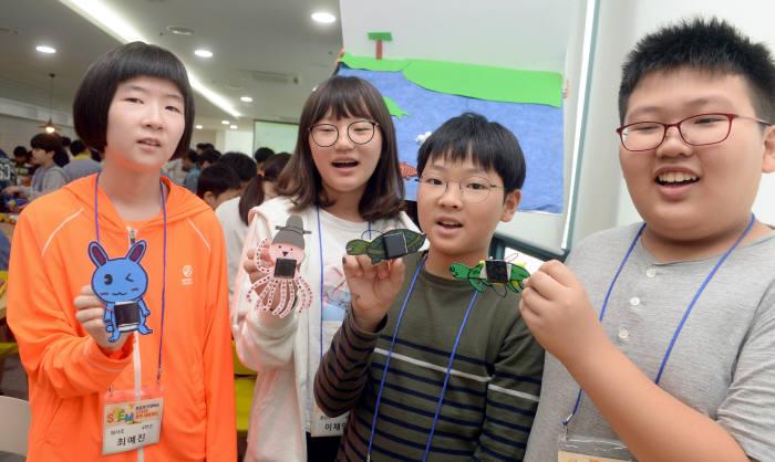 '이공계 인재 양성 STEM 창작 체험 캠프'에 참여한 학생들이 만든 아트로봇을 소개하고 있다. 박지호기자 jihopress@etnews.com
