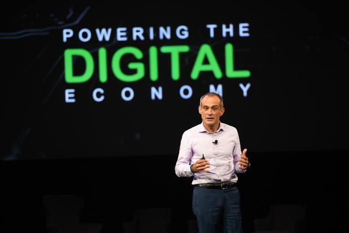 장 파스칼 트리쿠아 슈나이더 일렉트릭 CEO가 '2017 이노베이션 서밋 홍콩'에서 디지털 경제에 대해 기조연설했다. [자료:슈나이더 일렉트릭]