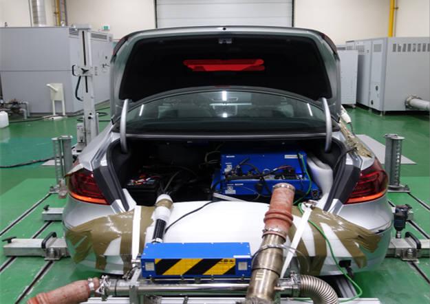 배출가스 시험을 받고 있는 차량. [자료:환경부]