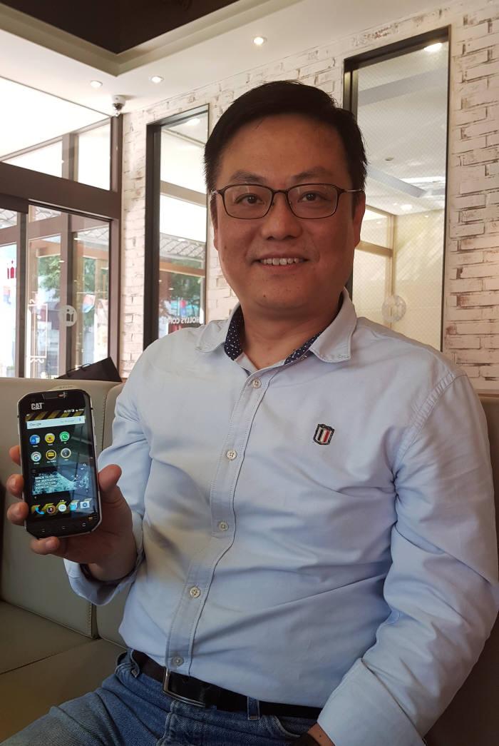 펠릭스 영국 블리트 그룹 동아시아지역 총괄이 다음 달 국내 출시 예정인 러기드폰을 소개하고 있다.