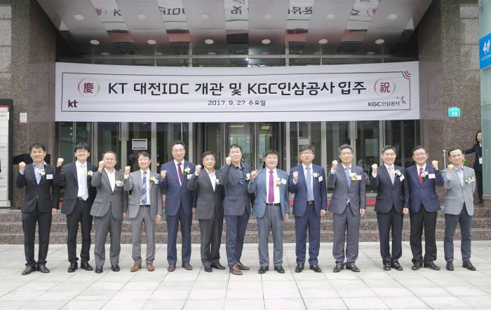 KT 대전IDC 개관식에 참석한 임헌문 KT Mass 총괄(오른쪽에서 7번째), 박정욱 KGC 인삼공사 사장(오른쪽에서 6번째)을 비롯해 주요 고객사 관계자들이 커팅식을 하고 있다.