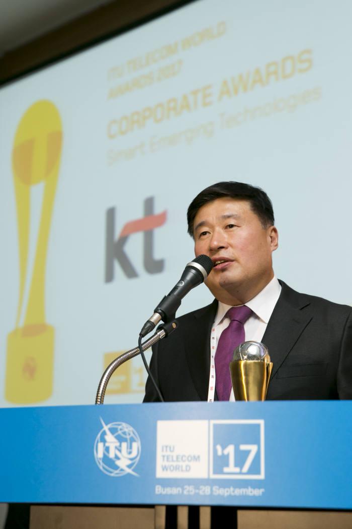 28일 부산 해운대 벡스코에서 열린 'ITU 텔레콤 월드 어워즈 2017'에서 KT Mass총괄 임헌문 사장이 KT의 인공지능 TV 기가지니로 '스마트 기술 혁신상(Smart Emerging Technologies)'을 수상하고 소감을 발표하고 있다.