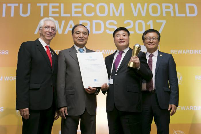 28일 부산 해운대 벡스코에서 열린 'ITU 텔레콤 월드 어워즈 2017'에서 KT의 인공지능 TV 기가지니로 '스마트 기술 혁신상(Smart Emerging Technologies)'을 수상한 후 ITU 프랑스와 랑시 전파국장, ITU 훌린 자오 사무총장, KT Mass총괄 임헌문 사장, ITU 이재섭 표준화총국장(왼쪽부터)이 기념촬영을 하고 있다.