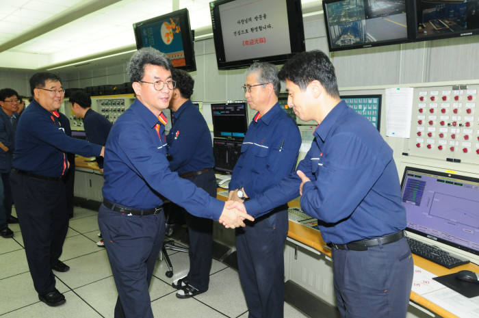 김형건 SK종합화학 사장(오른쪽에서 3번째)이 울산CLX 조정실을 방문해 근무중인 직원을 격려했다. [자료:SK이노베이션]