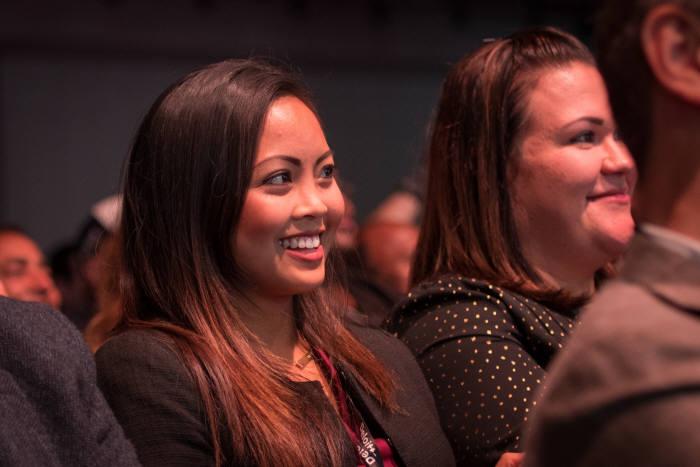 2일(현지시간) 미국 샌프란시스코 모스콘센터에서 열린 '오라클 오픈월드 2017'에서 관람객이 마크 허드 오라클 최고경영자(CEO) 기조연설을 듣고 있다.<오라클 제공>
