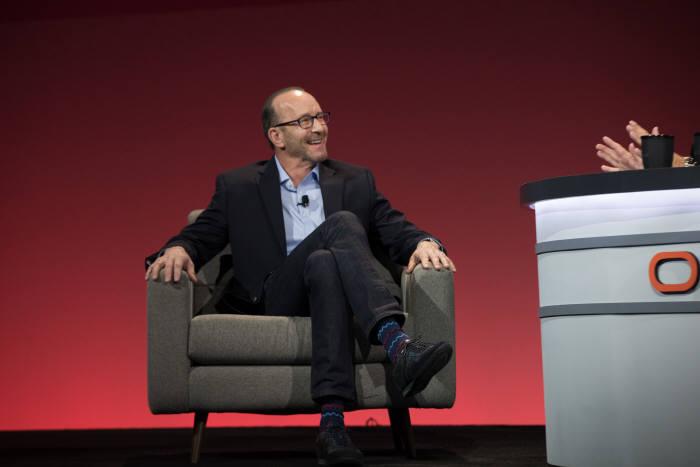 2일(현지시간) 미국 샌프란시스코 모스콘센터에서 열린 '오라클 오픈월드 2017'에서 폴 챕먼(Paul Chapman) 갭 최고정보보호책임자(CIO)가 오라클 클라우드 도입 사례를 소개하고 있다.<오라클 제공>