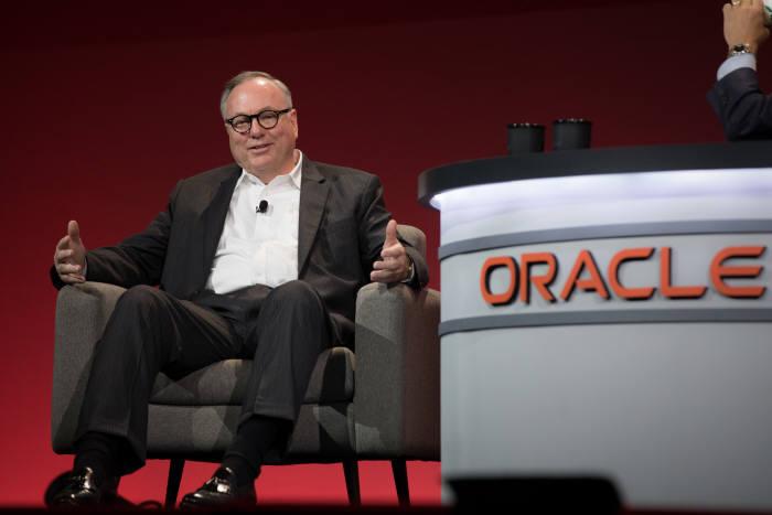 2일(현지시간) 미국 샌프란시스코 모스콘센터에서 열린 '오라클 오픈월드 2017'에서 랜디 퍼(Randy Furr) 블룸에너지 최고재무책임자(CFO)가 오라클 클라우드 도입 사례를 소개하고 있다.<오라클 제공>