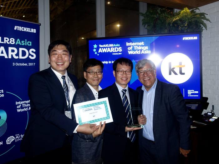 싱가포르 5G 아시아 어워드 2017 시상식에서 박평수 KT 네트워크부문 상무(왼쪽 3번째), 시상자인 '디스럽티브 아시아(Disruptive Asia)' 발행자 토니 풀로스(Tony Poulos, 좌측 4번째)와 함께 기념 촬영을 하고 있다.