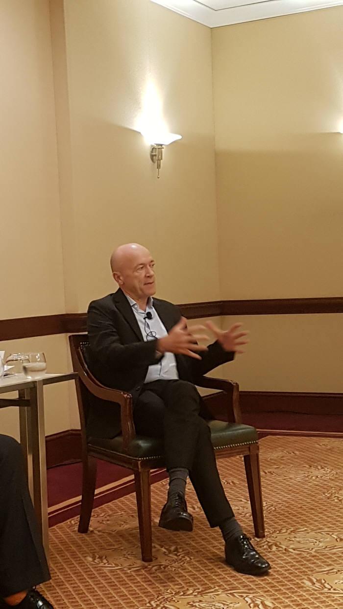 3일(현지시간) 미국 샌프란시스코에서 열린 '오라클 오픈월드 2017' 아태지역 기자간담회에서 프랑소와 랑송 오라클 아태지역 부사장이 오라클 전략에 대해 설명하고 있다.