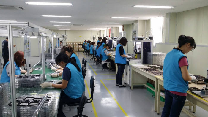 EMW 인천사업장에서 직원들이 공기아연전지 '에이터너스' 생산하고 있다. (사진=전자신문DB)