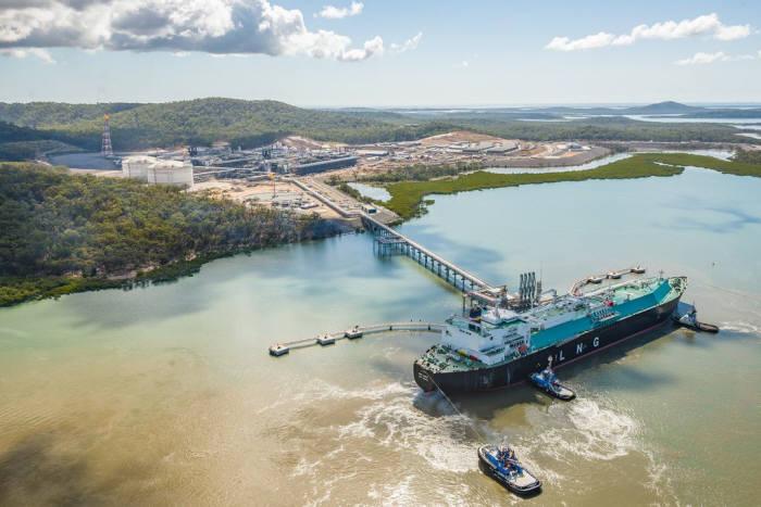 글래드스톤 액화기지에서 처리된 가스가 LNG선으로 선적되고 있다.