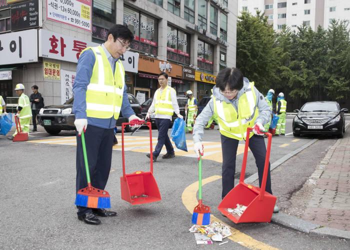 김은경 환경부 장관(오른쪽)은 9일 새벽 서울 창동역을 방문해 이동진 도봉구청장과 함께 거리를 청소했다. [자료:환경부]