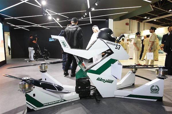 아랍에미리트(UAE) 두바이 경찰이 GITEX 전시회에서 공개한 미래형 순찰 오토바이 '호버서프' (사진=The Gulf Today)