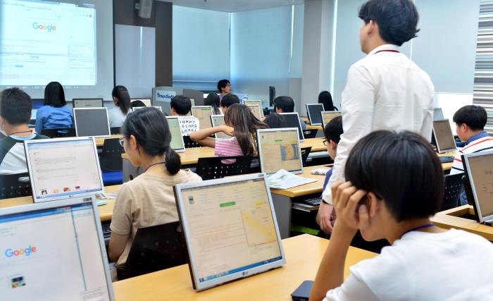 제1회 드림업 브이월드 공간정보 아카데미 수료 학생들이 교육을 받고 있다.
