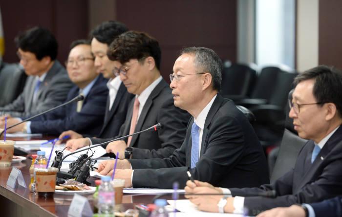 산업통상자원부는 10일 백운규 장관(오른쪽 두 번째) 주재로 원전수출전략협의회를 열고 원전 수출 지원책을 밝혔다.