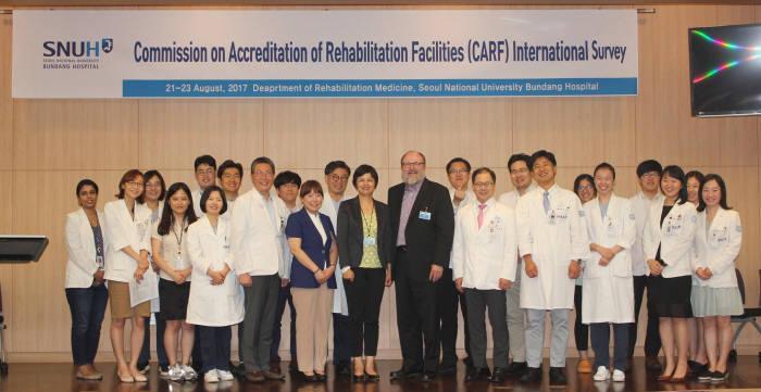 국내 최초로 CARF 국제인증을 받은 분당서울대병원 관계자와 CARF 관계자가 기념 촬영했다.