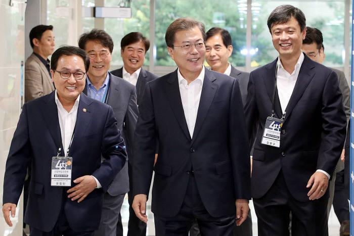 왼쪽부터 유영민 과기정통부 장관, 문재인 대통령, 장병규 위원장