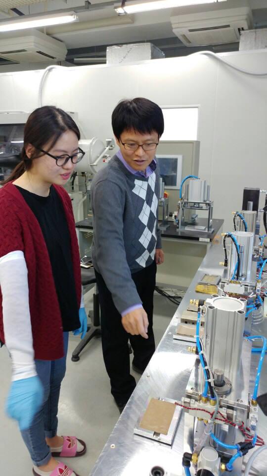 해수전지 연구실에서 셀 제조과정을 점검하고 있는 김영식 교수(오른쪽)와 연구원.