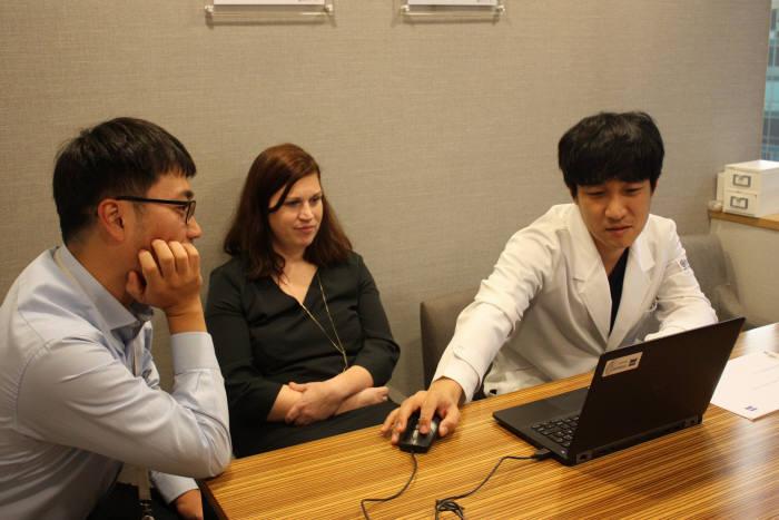 베티나 보슬 포룸 프로덕트 매니저와 김부기 온누리스마일안과 원장(오른쪽)이 포룸 프로그램을 테스트 하고 있다.