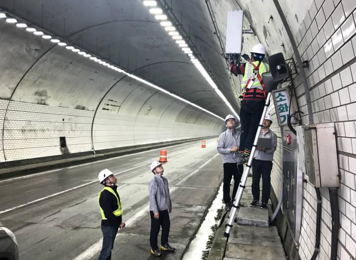 KT의 5G 전문가들이 서울, 인천 등 주요도시와 평창을 연결하는 길목인 영동고속도로 내 대관령1터널에 5G 기지국을 구축하고 최종 점검하고 있다.