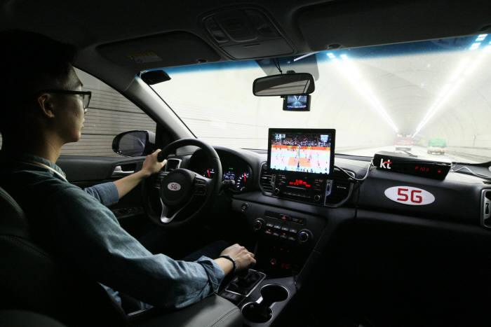 KT의 5G 전문가가 차량에 구축된 5G-SLT 시스템과 대관령1터널에 구축된 5G 네트워크를 연결해 고속으로 이동 중인 상황에서 끊김 없는 데이터 전송이 가능함을 확인하고 있다.