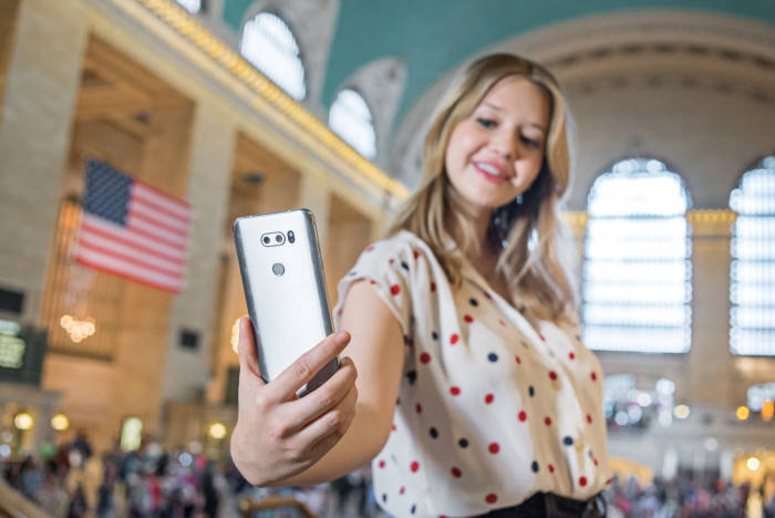 미국 소비자가 LG V30 카메라 기능을 체험하고 있다.