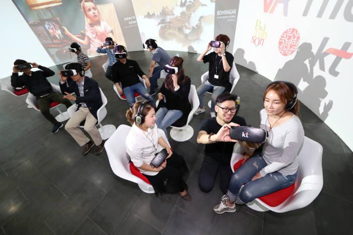 VR영화상영관 참관객이VR 영화 시청 방법을 안내받고 있다.