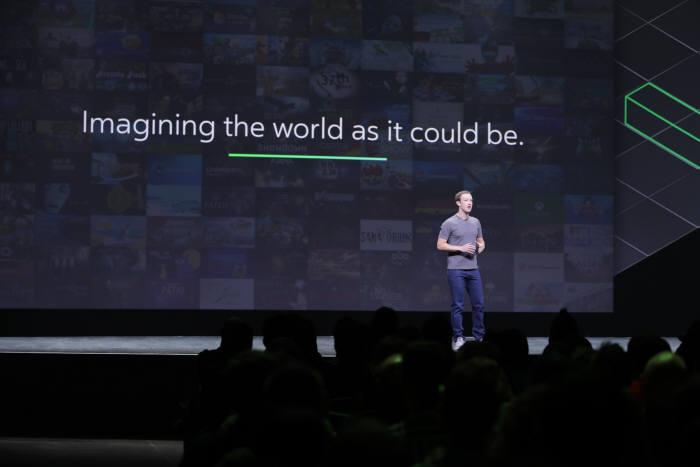 마크 저커버그 페이스북 CEO가 11일 오큘러스 개발자 행사에서 VR 이용자 10억명을 확보하겠다고 발표하고 있다.<사진 페이스북코리아>