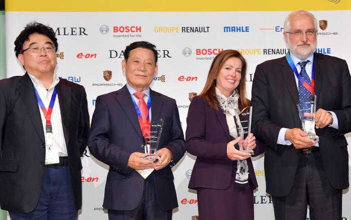 윤장현 광주시장(왼쪽 두 번째)이 11일(현지시간) 독일 슈투트가르트에서 열린 세계전기차학술대회(EVS30) 폐막식에서 '전기차 모범 도시상(E-Visionary Awards)'을 수상한 뒤 기념촬영했다.