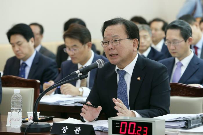 김부겸 행정안전부 장관이 의원 질의에 답변을 하고 있다.