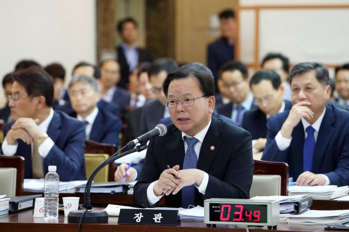 김부겸 행정안전부 장관이 의원 질의에 답변하고 있다.