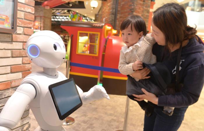 이마트, AI 휴머노이드 로봇 2탄 '페퍼' 공개…디지털 쇼핑 환경 구축 박차