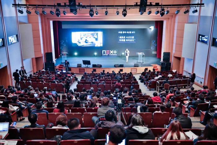 23일과 24일 이틀간 코엑스에서 콘텐츠기술의 미래을 논하는 넥스트 콘텐츠 콘퍼런스'가 열린다. 지난해 개최된 지미펑 HTC CEO 기조강연 모습.