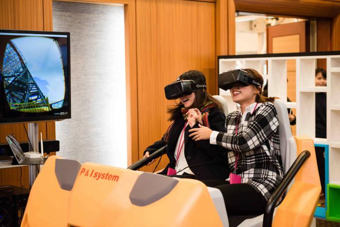 23일과 24일 이틀간 코엑스에서 넥스트 콘텐츠 콘퍼런스가 열린다. 지난해 행사장에 설치된 체험관에서 VR롤로코스터를 관람객이 즐기고 있다..