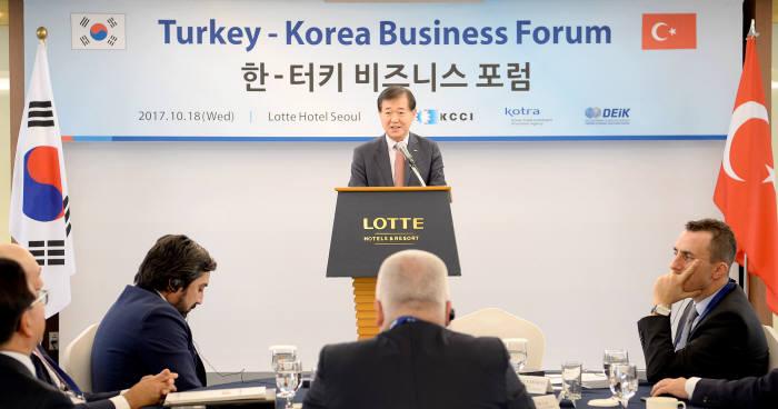 이태식 KOTRA 부사장이 18일 서울 소공동 롯데호텔에서 KOTRA와 대한상공회의소가 공동 주최한 '한국-터키 DEIK(대외경제협력위원회) 비즈니스 포럼 및 상담회'에서 환영사를 하고 있다.
