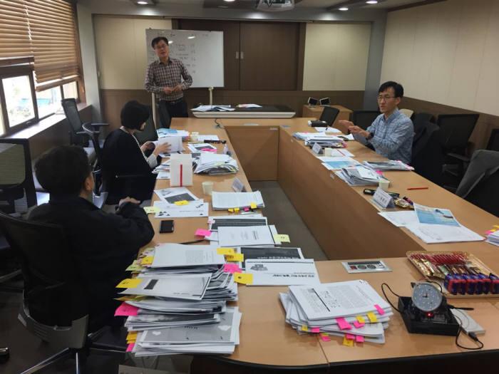 '제9회 아이디스-전자신문 대학(원)생 ICT 논문&발명 PPT 공모 대제전'에 국내 ICT 학회를 대표해 참여한 심사위원들이 모여 심사했다.