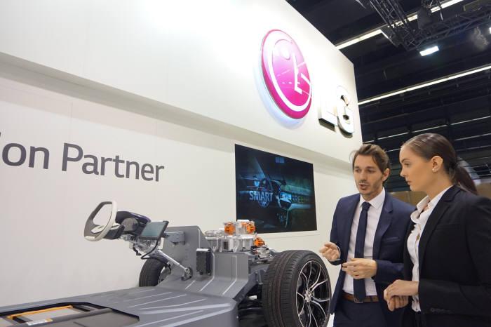 LG전자가 프랑크푸르트 모터쇼에 첫 참가, 글로벌 완성차 고객을 대상으로 자동차 핵심 부품을 전시하는 비공개 부스를 마련했다.