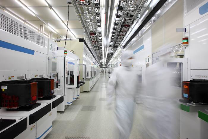 삼성전자 반도체 생산라인에서 방진복을 입은 직원들이 이동하고 있다.