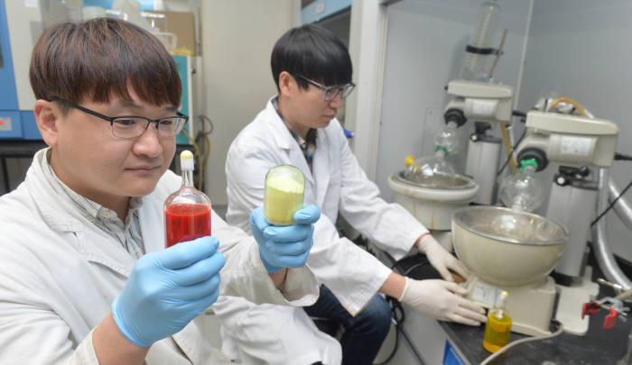 OLED 소재를 국내 기술로 개발한 머티어리얼사이언스에서 연구원이 최종합성물에서 용매를 제거해 농축하는 과정을 하고 있다. 박지호기자 jihopress@etnews.com