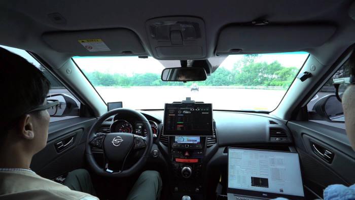 쌍용자동차 연구원들이 티볼리 에어 자율주행차 테스트를 하고 있다. (제공=쌍용자동차)